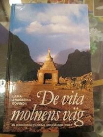 """Govinda, Lama Anagarika """"De vita molnens väg. En buddhistisk pilgrims upplevelser i Tibet"""" KARTONNAGE"""