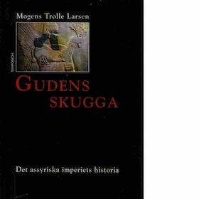 """Larsen, Mogens Trolle """"Gudens skugga"""" INBUNDEN SLUTSÅLD"""