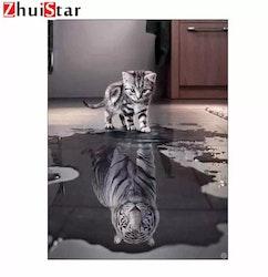 SNART I BUTIK  - Diamanttavla (R) Katt Med Tigerspegelbild 40x50