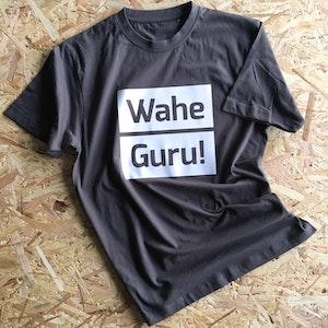 T-shirt med yogatryck Wahe Guru