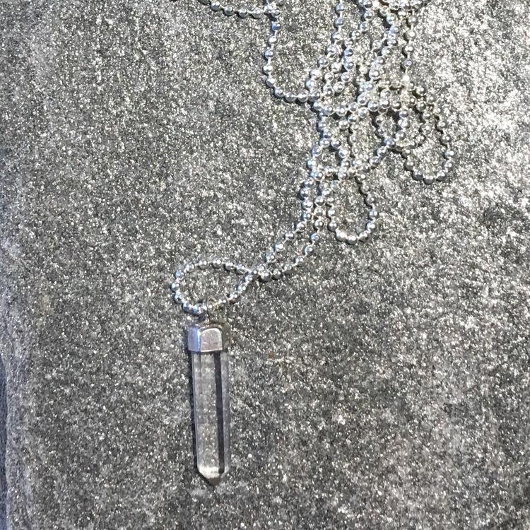 Halsband med bergkristallspets