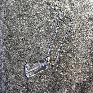 Halsband med hänge bergkristall