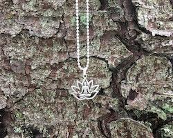 Halsband med Buddha i lotusblomma