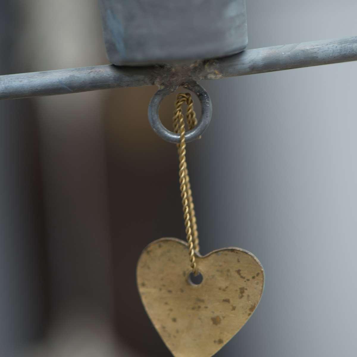 Hängande ljusstake i zink med 4 guldhjärtan