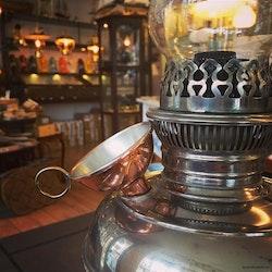 Tratt i koppar för lampolja