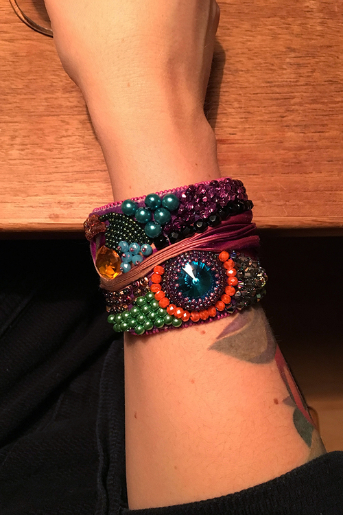 Pärlbroderat armband med shibori