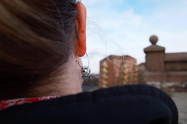 Handmålade kvinnotecken på örringar