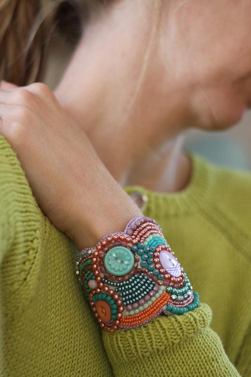Pärlbroderat armband i grönt, lila och turkos