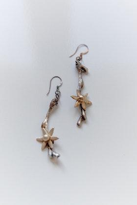 Oxiderade silverkvistar med blommor, örhängen