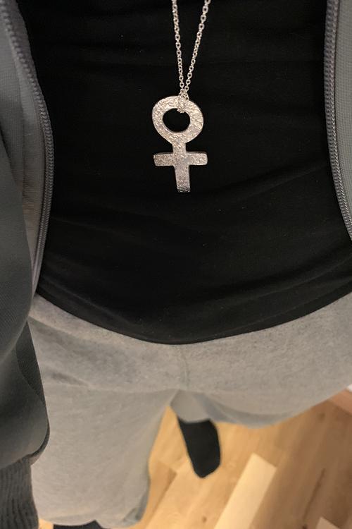 Blommönstrat kvinnotecken i silver på kedja