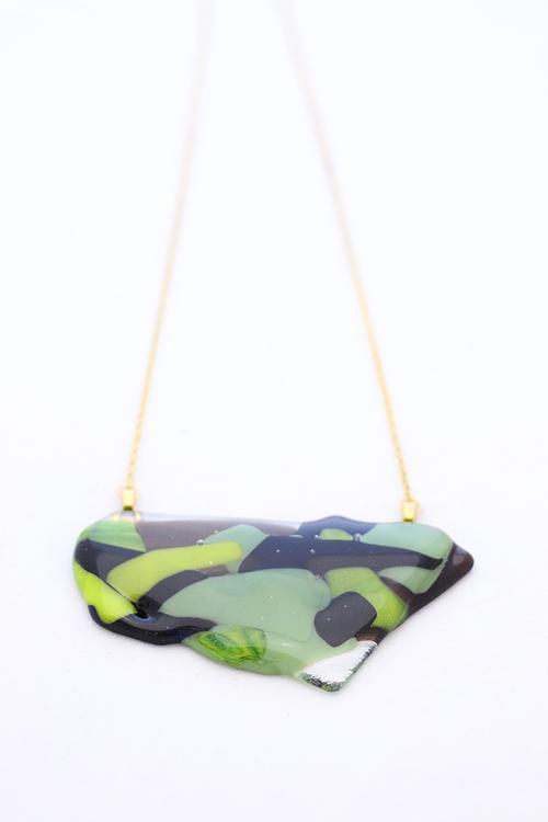 Halsband av handgjort glas i grönt, svart och brunt