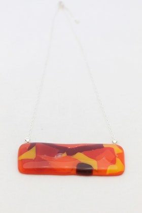 Halsband av handgjort glas i rött, gult och orange