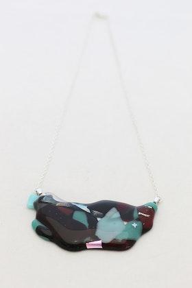 Halsband av handgjort glas i vinrött, grönt och svart