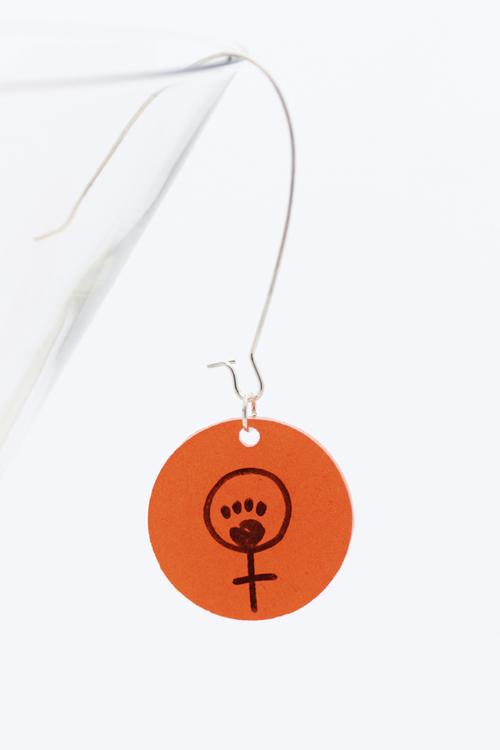 Feminist, örhänge