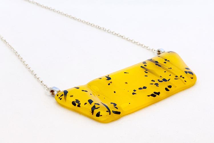 Halsband av handgjort glas i gul och svart