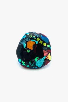Ring av handgjort glas i svart, vinrött, turkos, grönt och guld