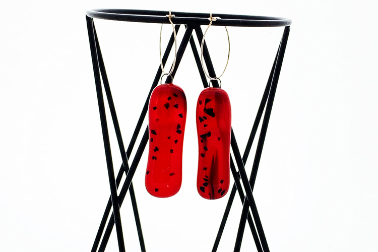 Örhängen av handgjort glas i rött och svart