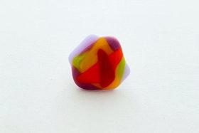 Ring av handgjort glas i regnbågens färger