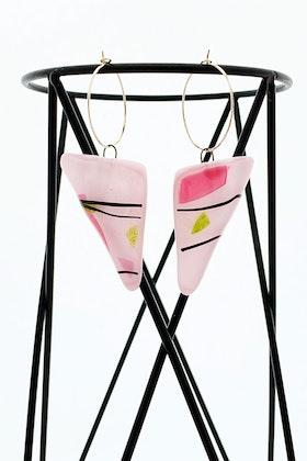 Örhängen av handgjort glas i rosa, svart och grönt
