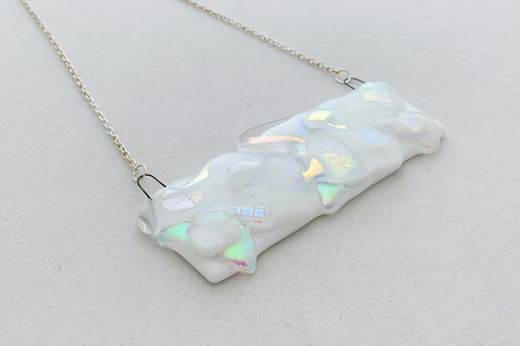Halsband av handgjort glas i vitt