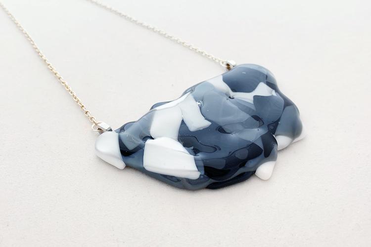 Halsband av handgjort glas i svart, grått och vitt
