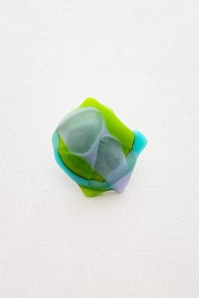 Ring av handgjort glas i grönt, lila och turkos