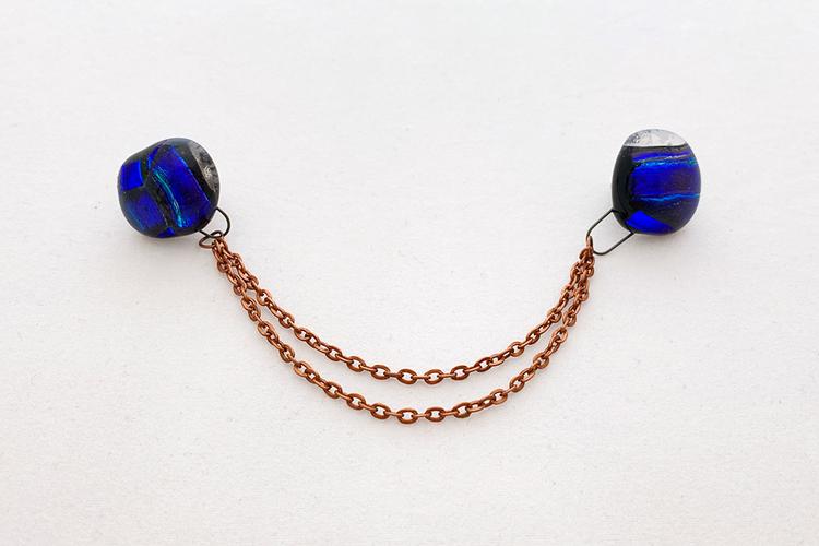 Kragbrosch av handgjort glas i blått
