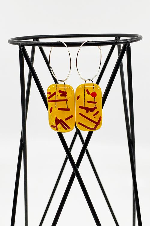 Örhängen av handgjort glas i gult och rött