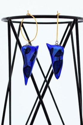 Örhängen av handgjort glas i blått