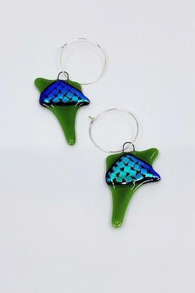 Örhängen av handgjort glas i grönt och blått
