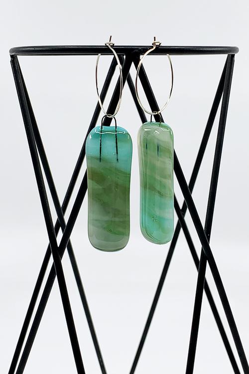 Örhängen av handgjort glas i turkos och grönt