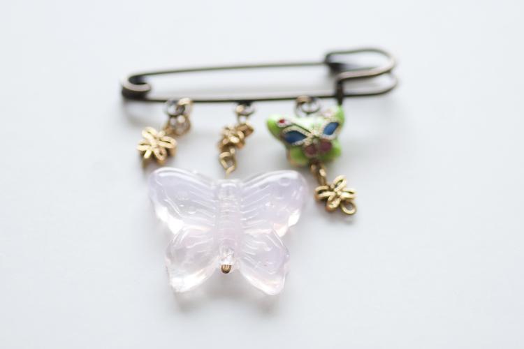 Brosch med fjärilar