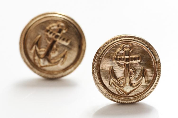Guldiga knappar med ankare, örstickare
