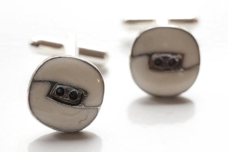 Vita och silvriga knappar, manschettknappar