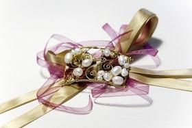 Armband av sötvattenspärlor och metalltråd som knytes med tygband