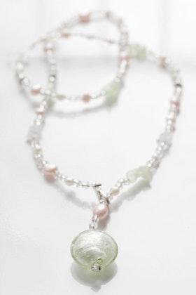 Grönt, aprikos och vitt, långt pärlhalsband