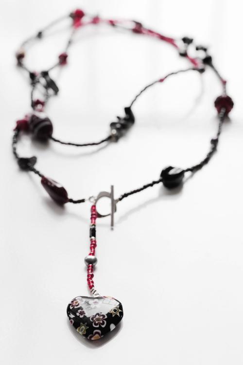 Långt pärlhalsband i svart och rött med millefiorihjärta
