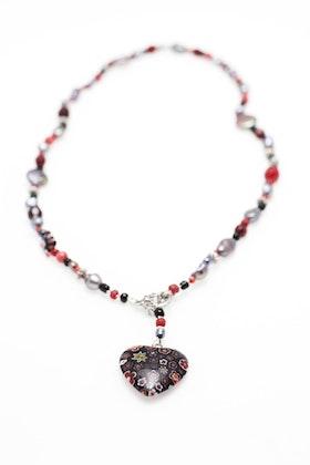 Pärlhalsband i svart och rött med millefiorihjärta