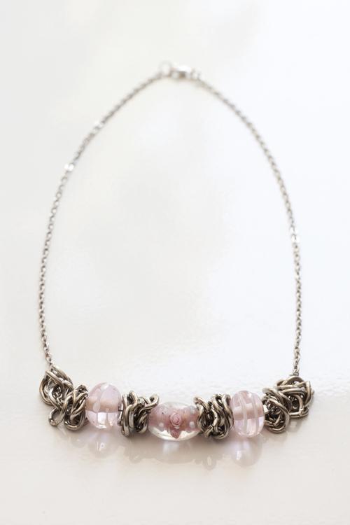 Rosa och silvrigt halsband