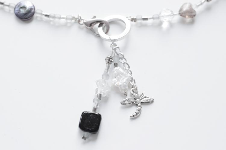 Grått, svart och vitt pärlhalsband