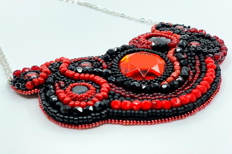 Pärlbroderat halsband i rött och svart