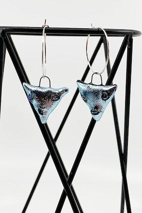 Örhängen av handgjort, silverfärgat, glas