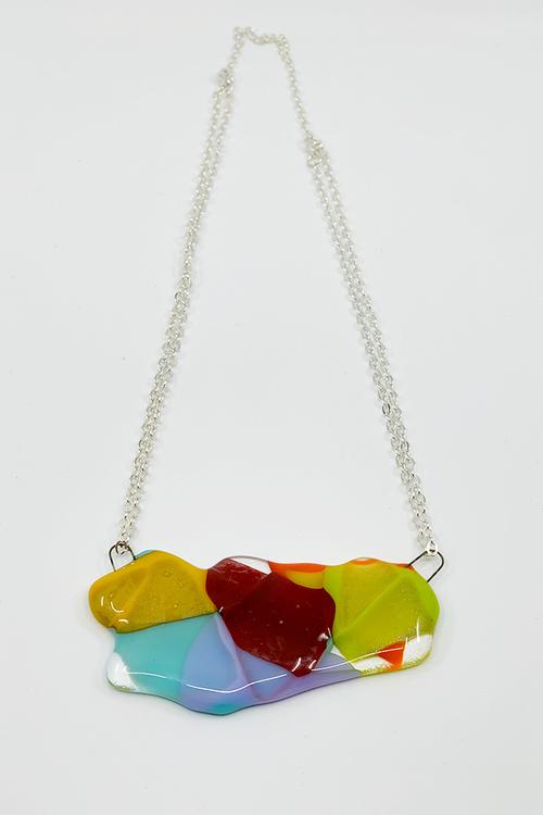 Halsband av handgjort glas i regnbågens färger
