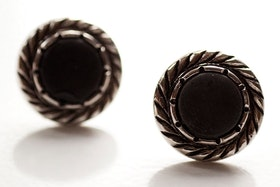 Svarta och silvriga knappar, örstickare