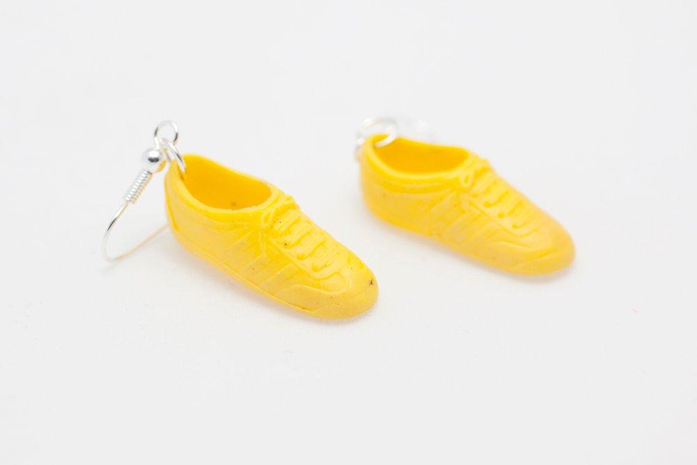 Sneakers i gult, örhängen