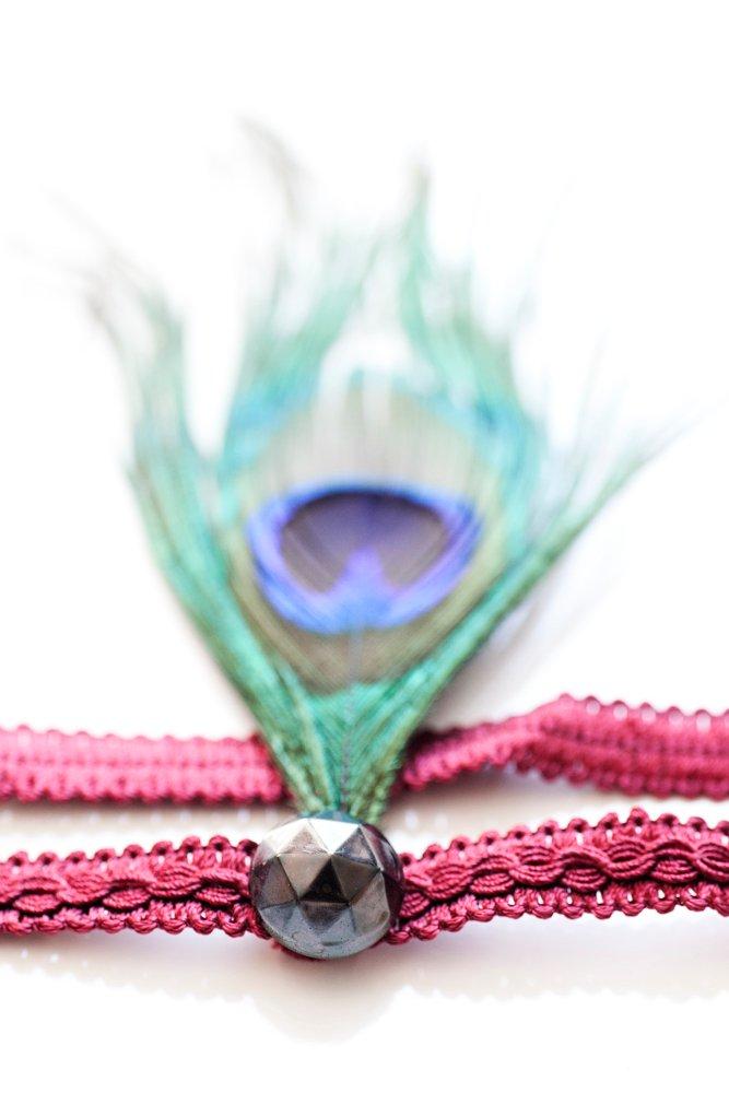 Headpiece med påfågelsfjäder och knapp på vintageband
