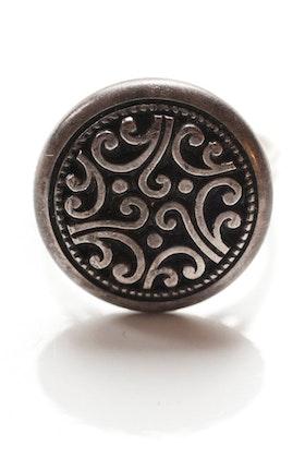 Bronsfärgad mönstrad knapp, ring