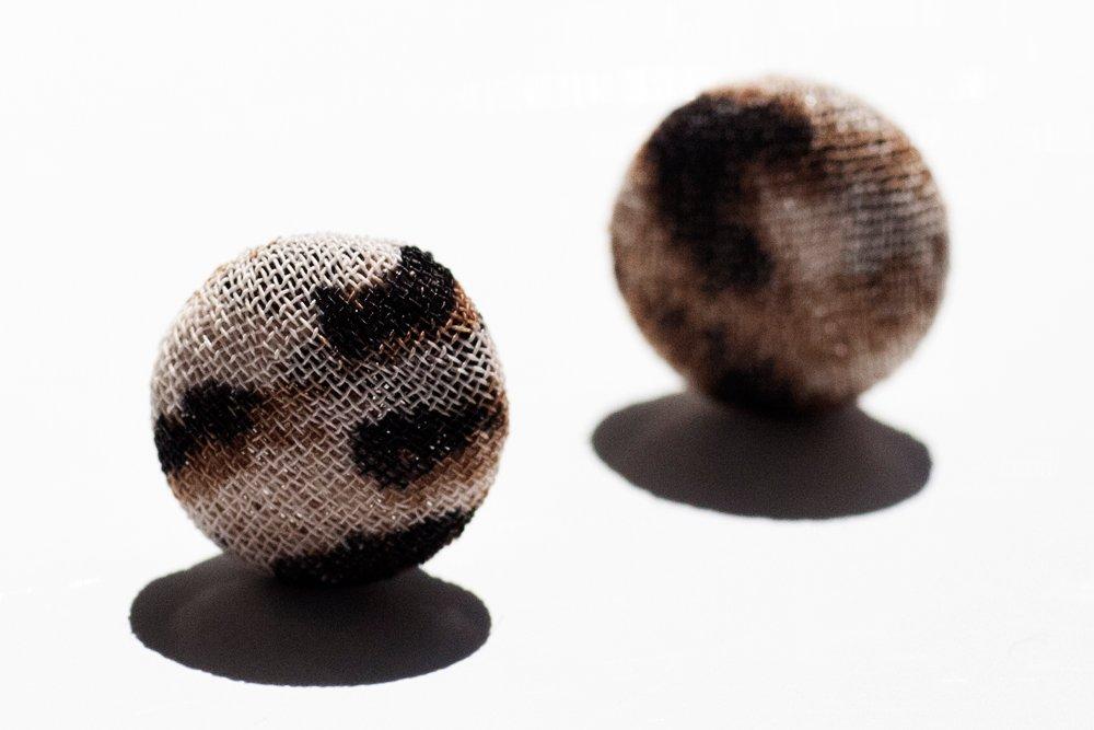 Leopardmönstrade knappar, örstickare