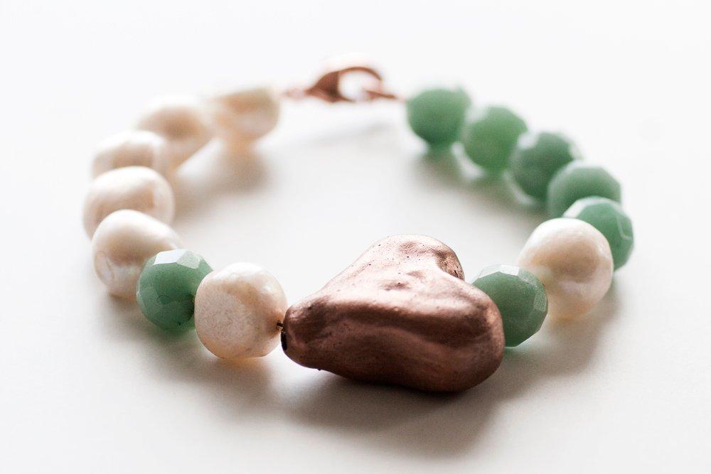 Handgjort kopparhjärta på vitt och grönt pärlarmband