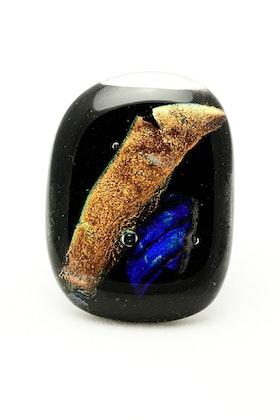 Ring av handgjort glas i svart, blått och guld